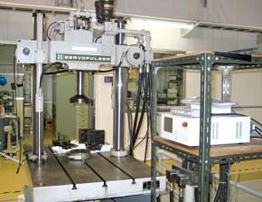 油圧サーボ式強度試験機1