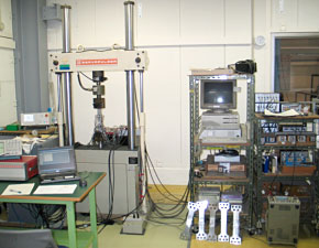 油圧サーボ式強度試験機2と全自動疲労き裂成長試験システム